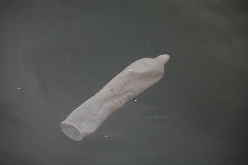 sex-underwater-condom-in-pool